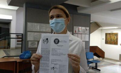 Dr. Violeta Briciu, director medical la Spitalul Clinic de Boli Infecțioase Cluj-Napoca, prezintă certificatul de vaccinare